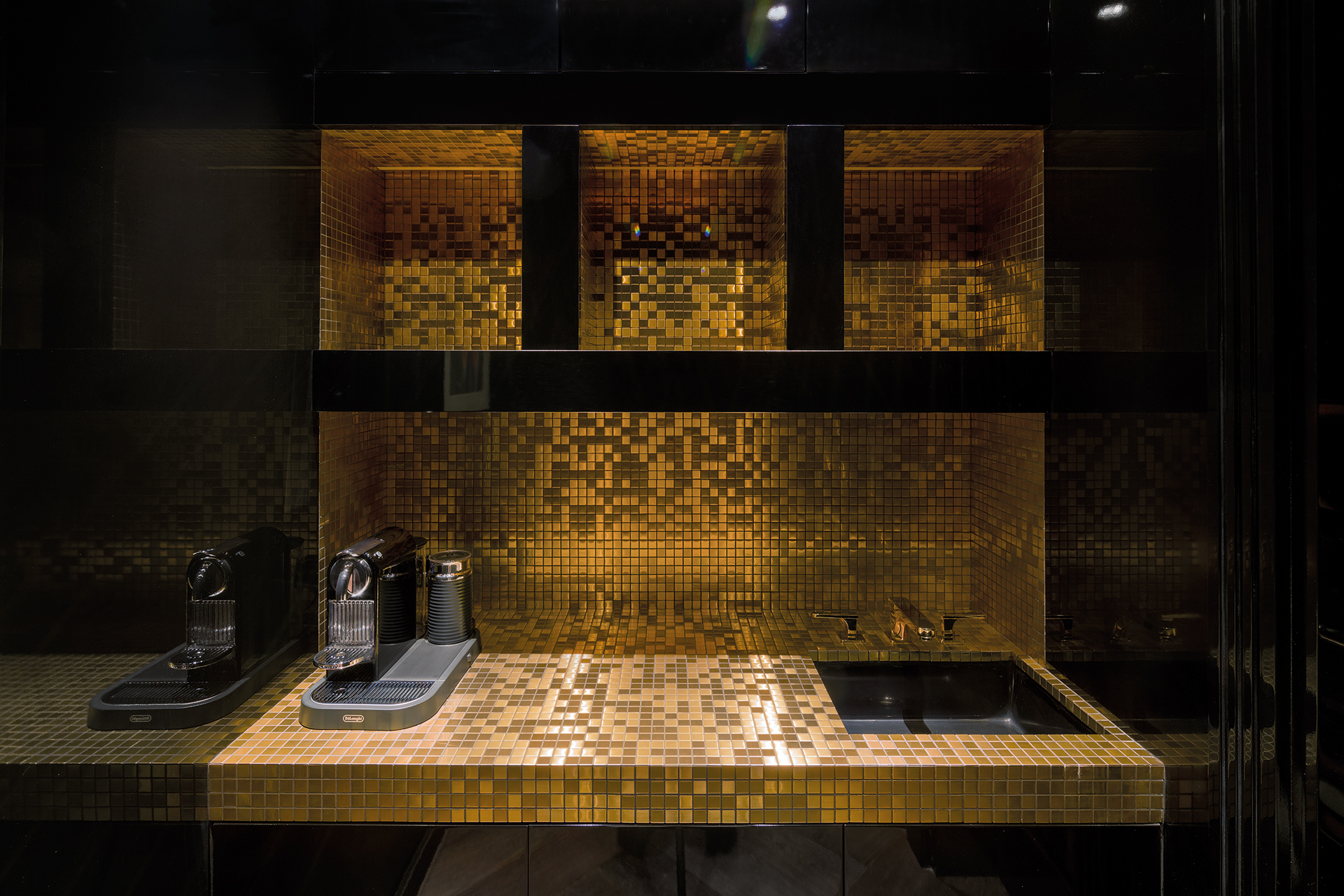 Pantry with golden mosaic tiles and a coffeemachine