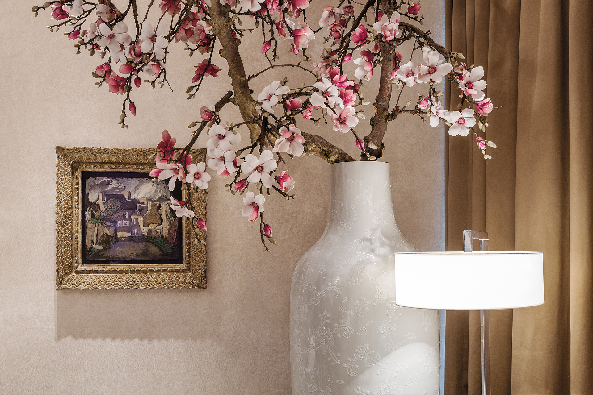 Hallway decoration featuring a small painting and large vase holding Menno Kroon blossom tree